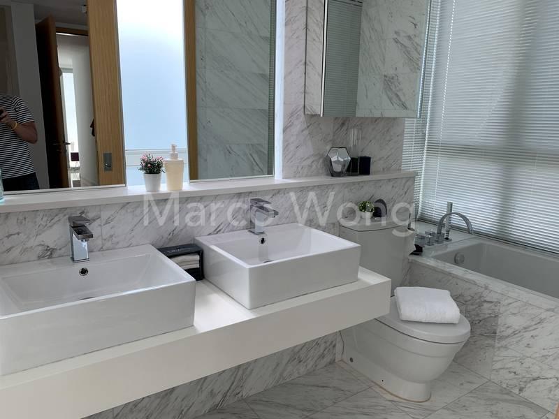 Big Master Bathroom with Split Shower & Bath cubicles