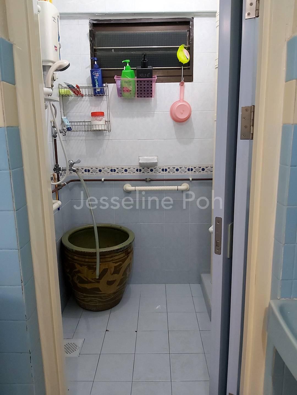 Well maintainedClean Bathroom.