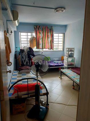 each single bed use, very big corner room!!