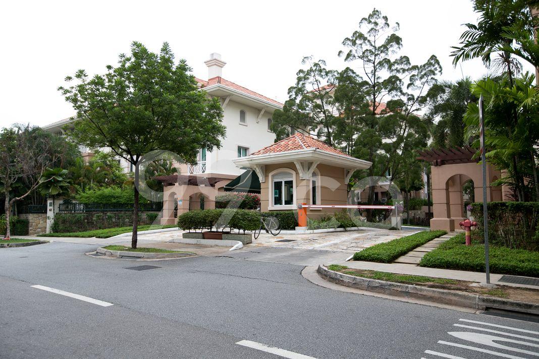 Duchess Crest  Entrance