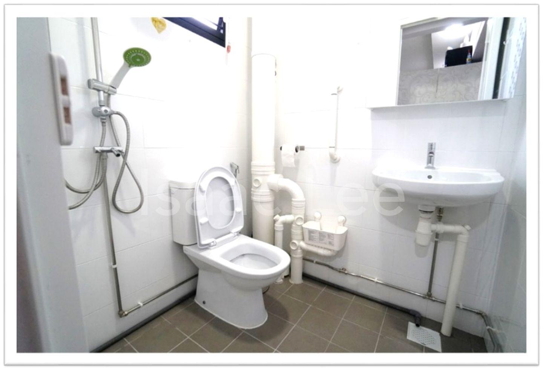 Bathroom (MBR)