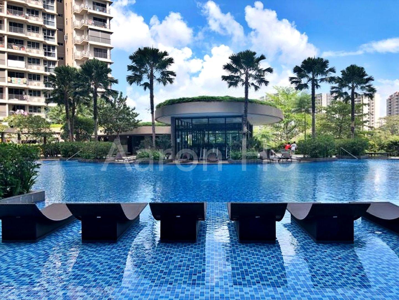 Resort-style sun deck chair