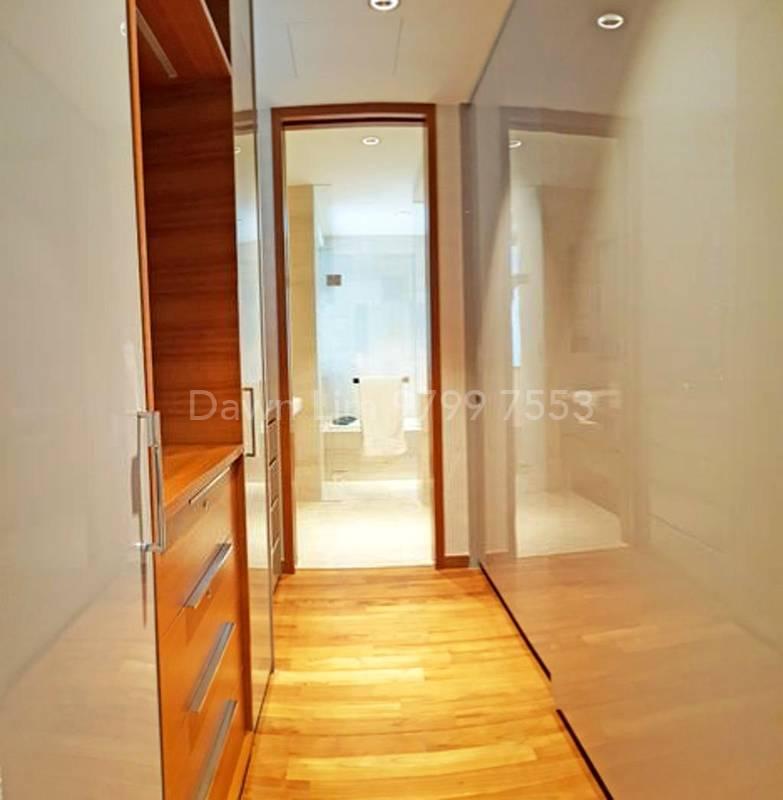 Master bedroom: Walk-in Wardrobe