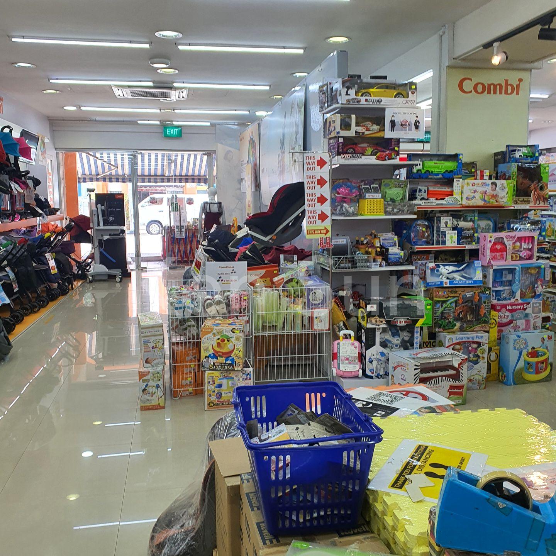 Spacious retail area on level 1